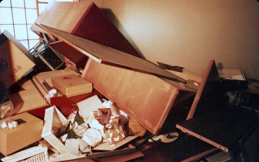 大地震では家具が凶器となります